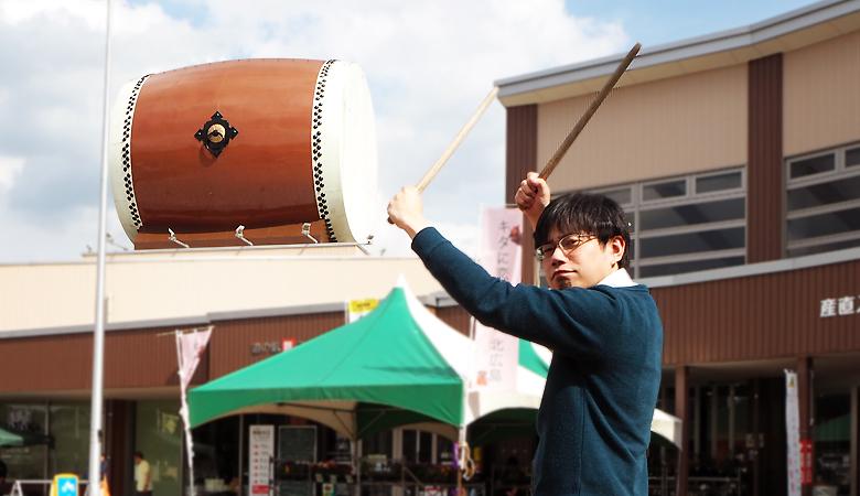 舞ロードの巨大太鼓と石川